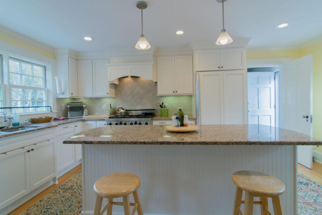 traditional-island-kitchen-open-bar