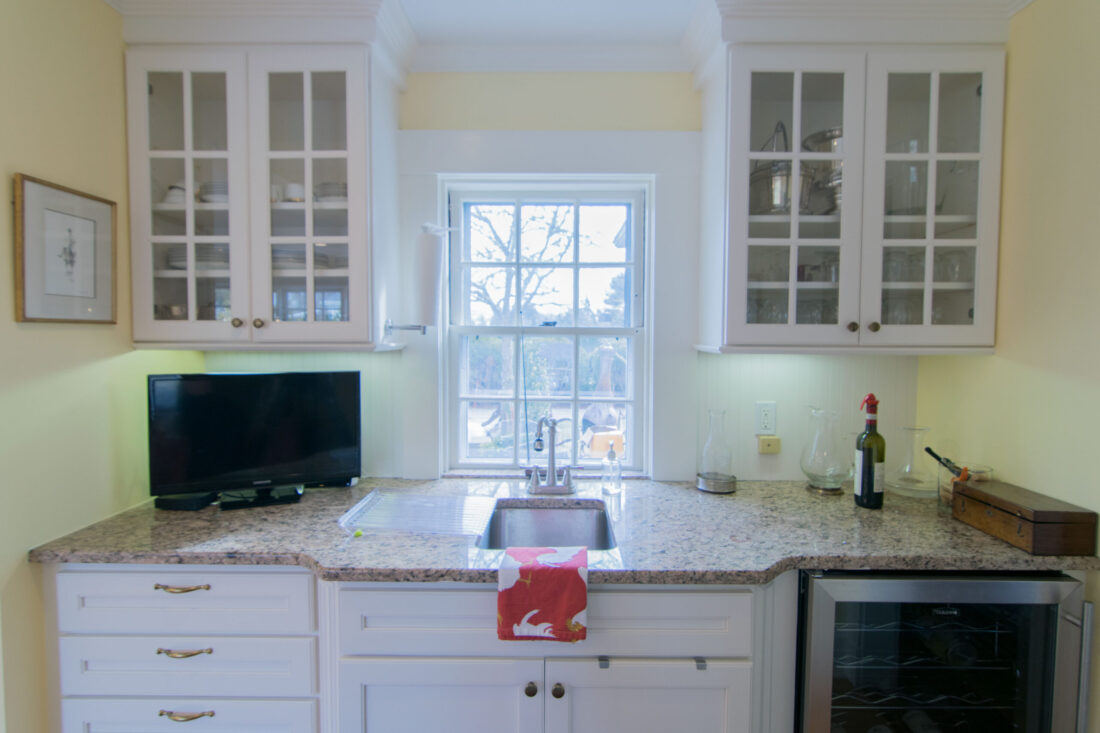 traditional-kitchen-sink-glass-cabinets
